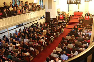 Aerial view of a Chapel filled with students 和 parents.